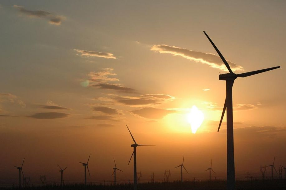 https://upload.wikimedia.org/wikipedia/commons/e/e0/Wind_power_plants_in_Xinjiang%2C_China.jpg